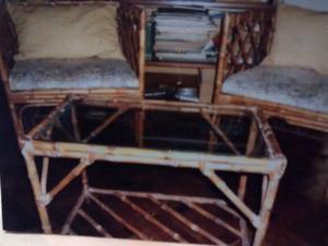 Juego de mesa con vidrio y dos sillones de caña