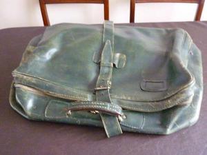 valija antigua de cuero verde con cierres y llaves interior