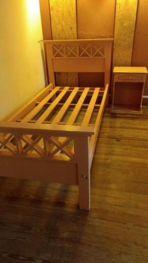 cama de pino estilo campo y mesa de luz