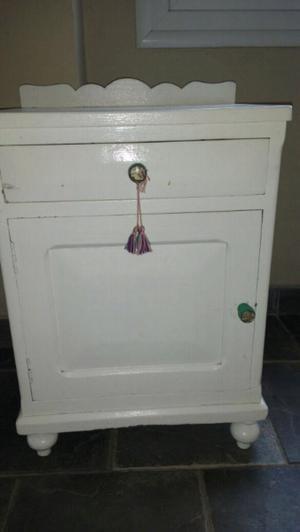 Mesa de luz antigua de algarrobo maciza pintada