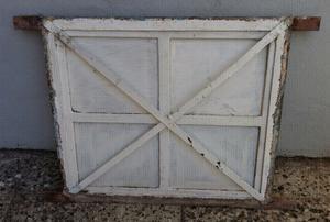 Ventana ventiluz de hierro con vidrio repartido con reja