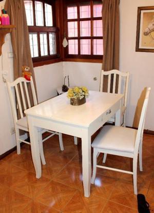 vendo juego de mesa con 4 sillas. MACIZA,ANTIGUA !!