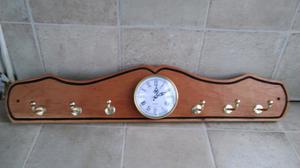 Perchero artesanal con reloj