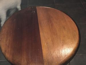 Mesa ratona con patas torneadas en excelente estado