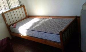 cama 1 plaza de madera + colchon + mesa de Luz