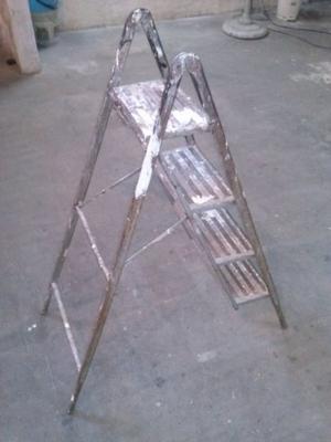Vendo escalera metálica plegable de 4 escalones en muy buen