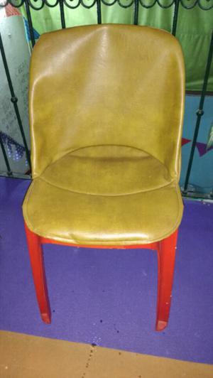 Vendo sillas de plástico con funda de cuerina