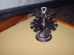 un porta sellos de escritorio de metal con parte inferior y