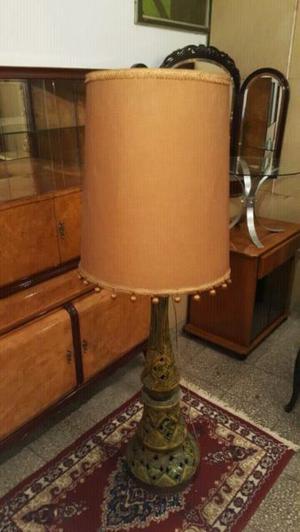 Hermosa lámpara de pie de cerámica tallada muy linda.