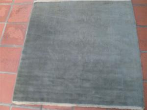 Alfombra Lana con flecos azulgrisaceo usada de 140 X 140 cm