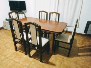 Mesa de comedor extensible con 6 sillas.