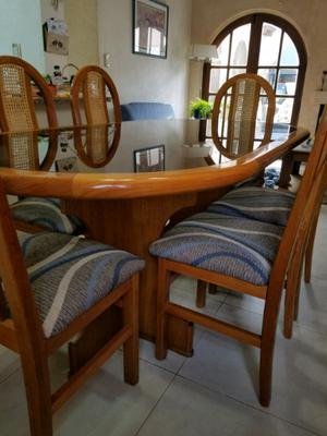 Mesa con sillas hermoso