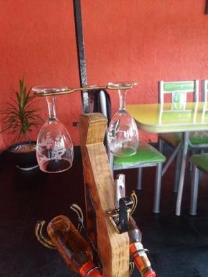 botellero rustico de madera y hierro.