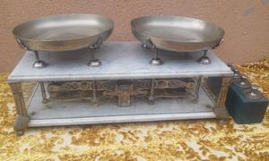 Balanza antigua con platos de bronce con marmol de carrara