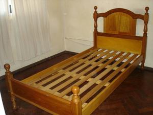 Cama de madera torneada impecable 1 plaza y media