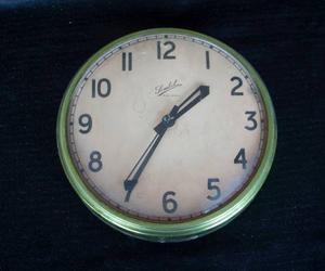 Reloj Antiguo De Metal Con Vidrio Curvo
