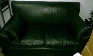 Sofa 2 cuerpos en buen estado de cuero negro ecológico,con