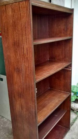 biblioteca con 4 estantes