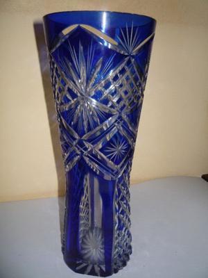Antiguo florero de cristal tallado azúl cobalto