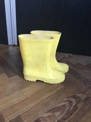 Botas de lluvia de color amarillas usadas