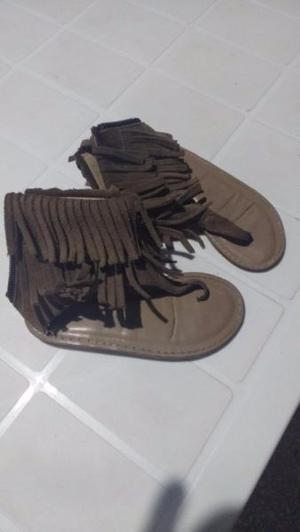Sandalias para nena de cuero c/ flecos $200 numero 27.