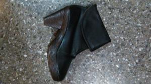 Botineta con taco de mader color negras talle 39