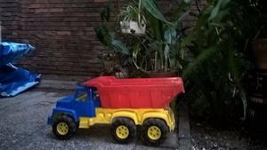 Camión de juguete con trailer y cabina con movimiento, de
