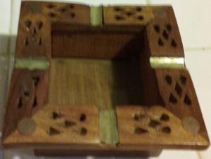 Cenicero de madera de la India con adornos, muy fino