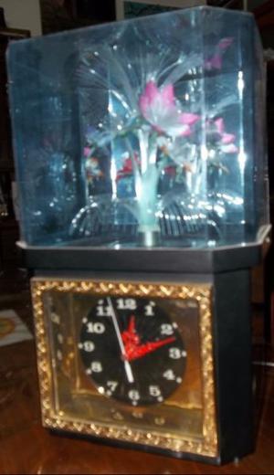 Reloj de mesa con flores en la parte superior con luces que