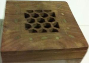 caja de madera de la India calada con adornos en bronce