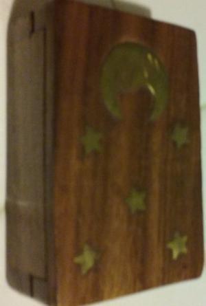 caja de madera de la India con adornos en bronce, luna y