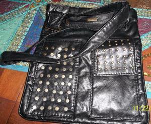 cartera negra de tira larga con tachas