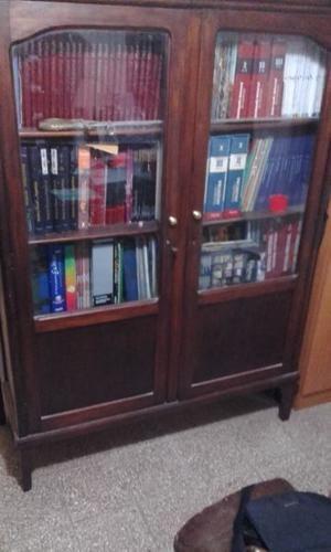 Biblioteca de madera con dos puertas