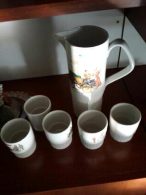 Jarra de cerveza y vasos de cerámica