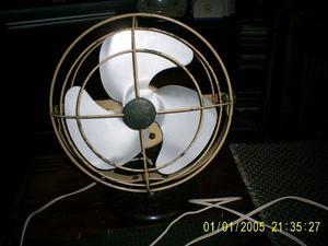 ventilador antiguo AEG de escritorio o mesa de luz