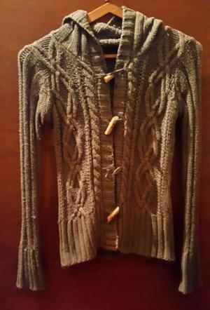 Camperita de lana tejida, con capucha.