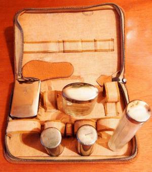 Necessaire o alijo de aseo antiguo de cuero marron