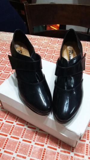 Un par de zapatos de mujer