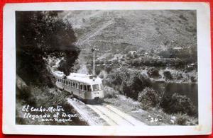 antigua foto postal coche motor ferrocarril llegando al
