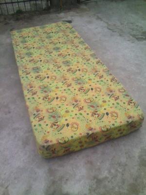Colchón de 1 Plaza (Goma Espuma) Cottin nuevo amarillo.