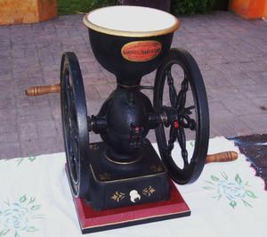 Antiguo molinillo de cafe.Molino o moledora.