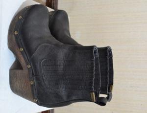 Botas de cuero con base de madera