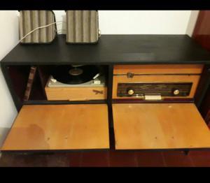 Mueble Tocadiscos con radio AM.