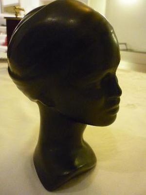 cabeza de mujer morena en cerámica negra sin firma