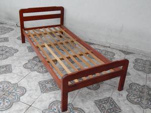 Cama de 1 plaza de madera maciza color cedro oscuro