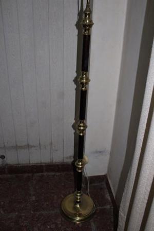 Lampara de bronce y madera, 1,53 mts de altura