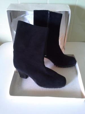 Botas de gamuza negra, caña corta. N° 35. Marca MINASSIAN.