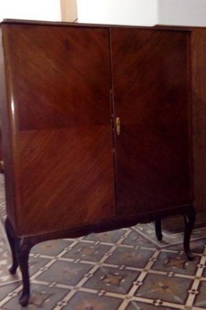 Armario de madera antiguo con dos estantes