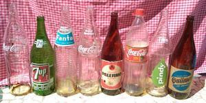 Botellas antiguas de gaseosa y cerveza de vidrio