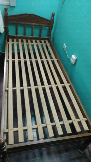 Cama de 1 plaza compuesta por madera maciza